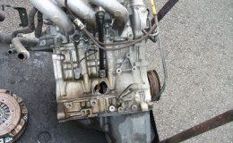 エンジントラブルの修理風景